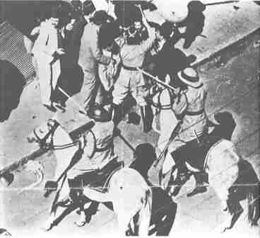 القوات البريطانية تضرب الشيخ ذو 90 عاماً موسى كاظم الحسيني - ثورة القدس 1933