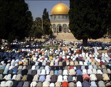 رغم التضييق فإن المسلمين يصلون في المسجد الأقصى