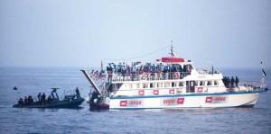الجنود الاسرائليين يعتقلون النشطاء على اسطول الحرية