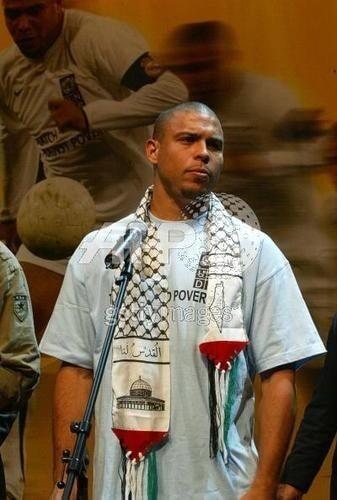 رونالدو يلبس كوفية وعليها شعارات فلسطين
