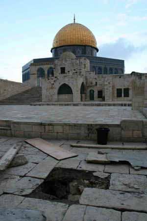 آثار الأنفاق على خراب ساحة المسجد الأقصى