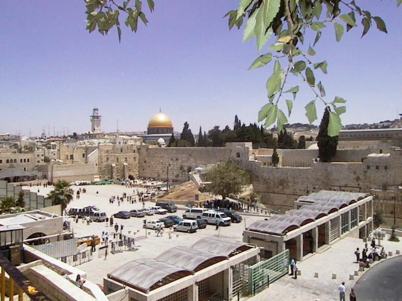 حائط البراق الآن بعد أن استولى عليه اليهود وسموه حائط المبكى