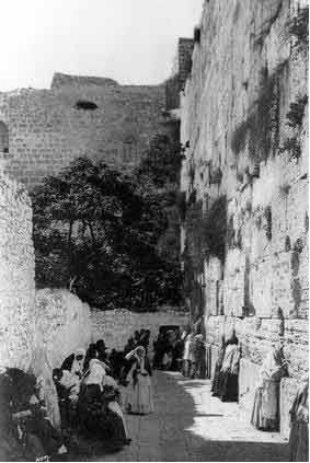 حائط البراق وحي المغاربة قبل أن يهدمها العدو في 1967