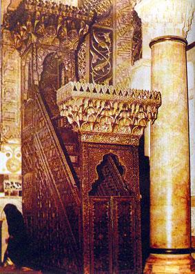 صورة للمنبر الذي بناه نور الدين زنكي وأحضره صلاح الدين إلى المسجد الأقصى قبل إحراقه 1969